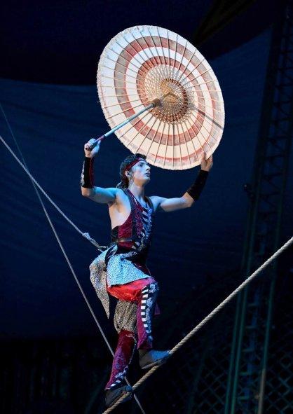 和傘でバランスを取りながら綱を上る「坂綱」