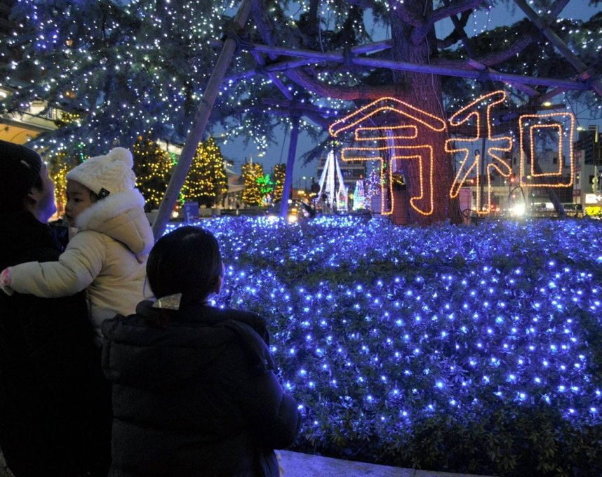 JR坂出駅前を彩る「光輝里フェスティバル」。今年は令和の文字も浮かび上がっている=坂出市
