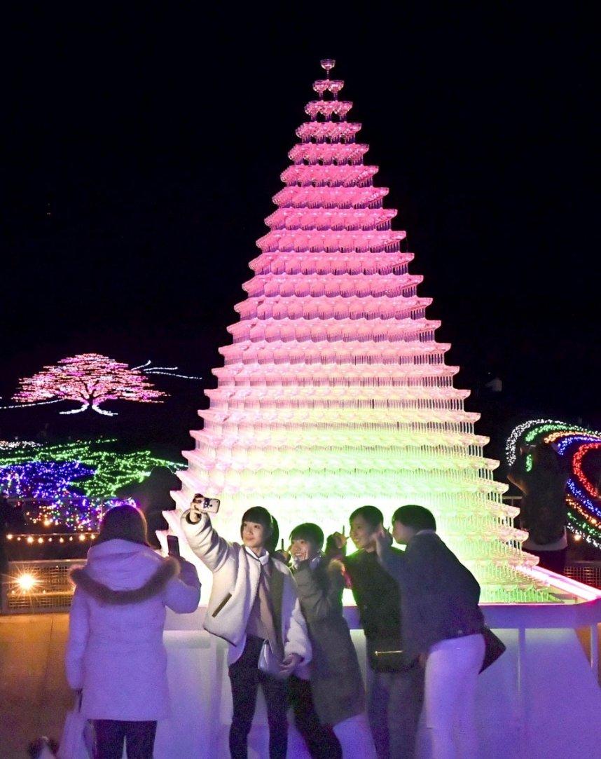 4900個のグラスを重ねたタワーが飾られた国営讃岐まんのう公園。園内には趣向を凝らした光の空間が広がる=まんのう町吉野