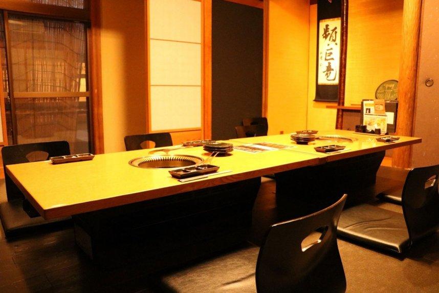 完全個室も用意。世代を問わず、多くの客が訪れる