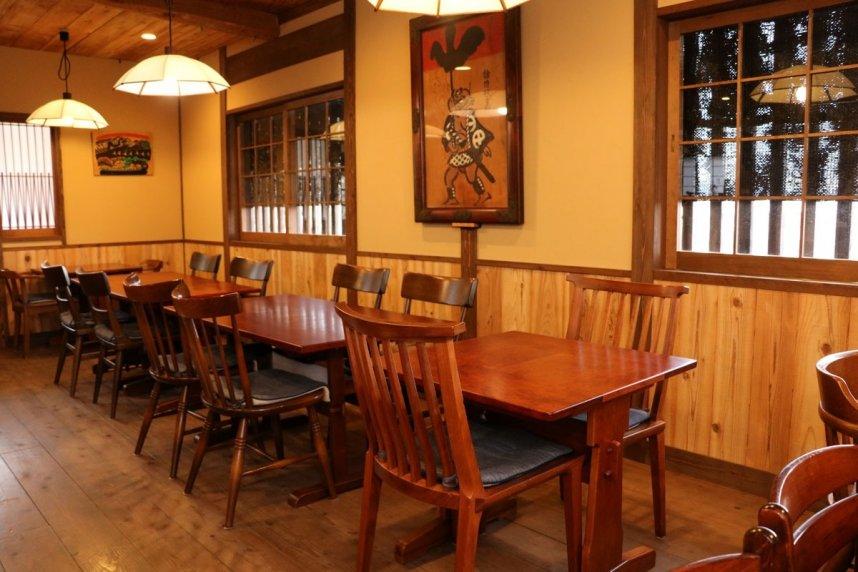 琴平町出身の画家・和田邦坊の原画や版画作品が飾られた店内は趣深い空間