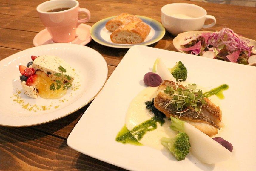 料理はできるだけ旬で地元の食材を使用。彩りや盛り付けにも気を配る