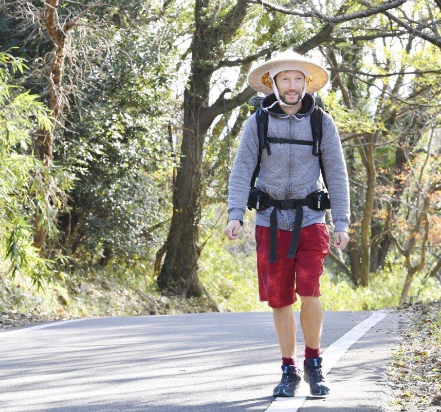 徒歩やヒッチハイクで八十八カ所を巡るフランス人のセドリックさん。歩き遍路をする外国人が増えている