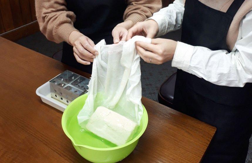 豆腐作り体験は1週間前までの予約で2名から体験可能