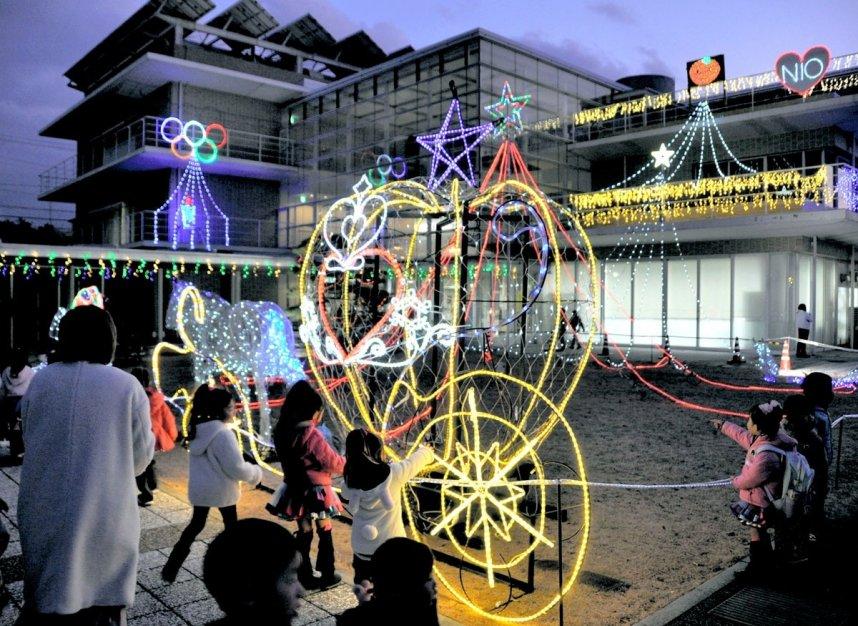 点灯したカボチャの馬車や五輪マークのオブジェ=香川県三豊市仁尾町、市民センター仁尾