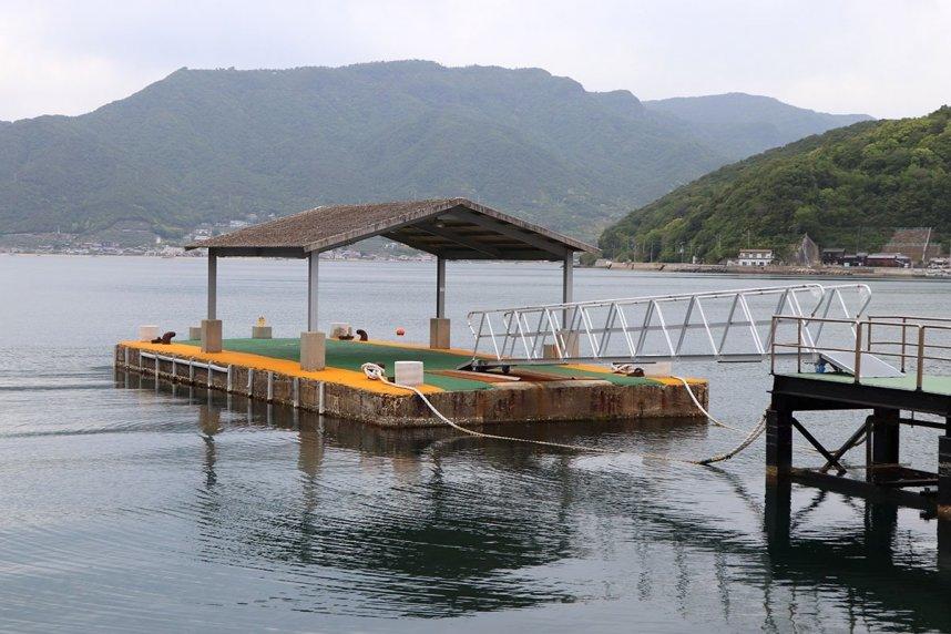 橘漁港から二十四の瞳映画村前の船着き場に移設整備された浮桟橋。固定桟橋(右端)と連絡橋でつながる=香川県小豆島町田浦