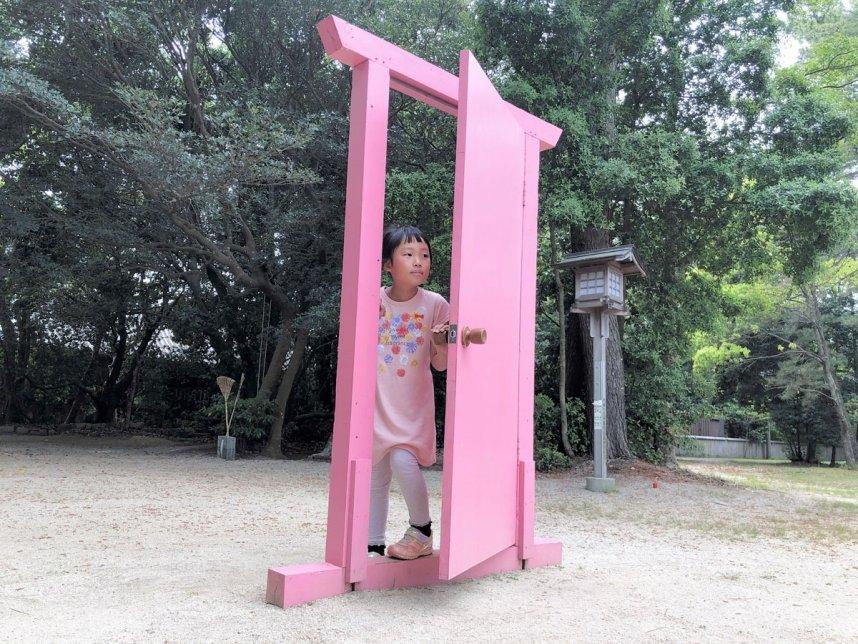 「未来への扉」と名付けられたピンク色の扉。神社の参道にぽつんとあり、不思議な空間を醸し出している=香川県東かがわ市松原、白鳥神社