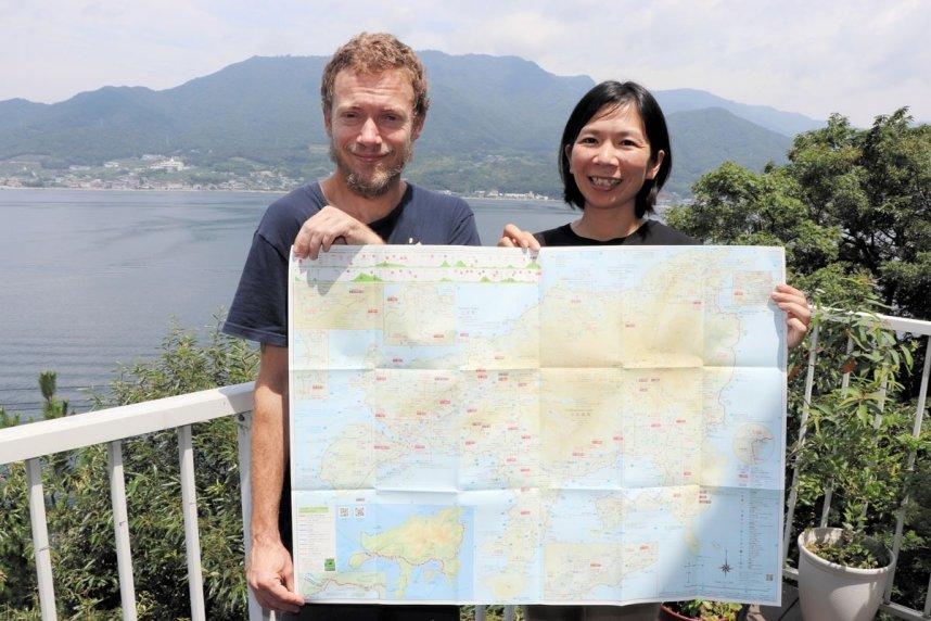 小豆島霊場巡りに役立つ情報を盛り込んだマップと、発行したアイエアナロン・マシューさん、範子さん夫妻=香川県小豆島町田浦