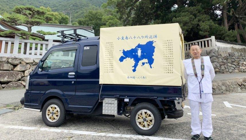 軽トラックのほろに小豆島霊場をPRするデザインを施し、「走る広告塔となって島遍路をアピールしていきたい」と話す永田さん=香川県小豆郡土庄町上庄、宝生院