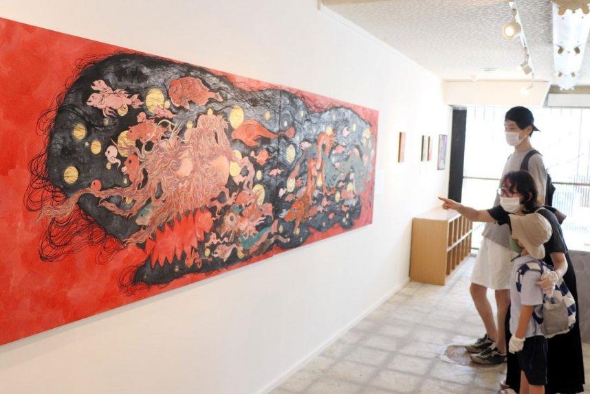 怪しくて、どこかユーモラスな妖怪画が並ぶ「病を除ける妖怪」展=香川県土庄町、妖怪美術館3号館