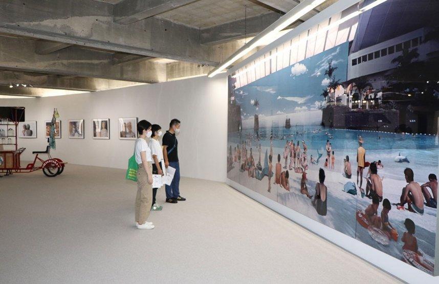 森万里子さんの写真作品の大作に見入る家族連れ=香川県小豆郡小豆島町福田、福武ハウスアジア・ギャラリー