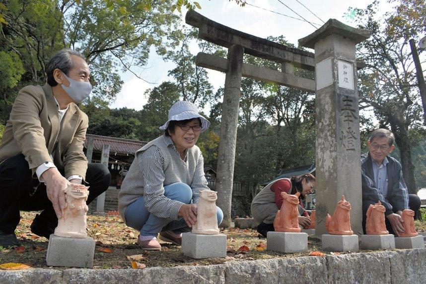 子どもたちが制作した狛犬を奉納する地域住民ら=香川県綾川町枌所東、川上神社