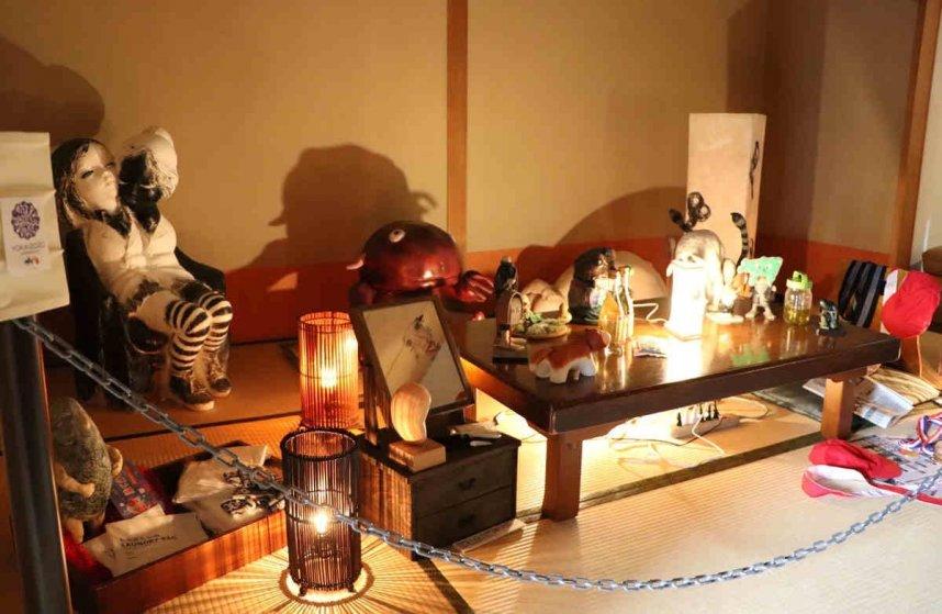 国民宿舎小豆島の一室で展示されている妖怪の造形作品=香川県小豆島町池田
