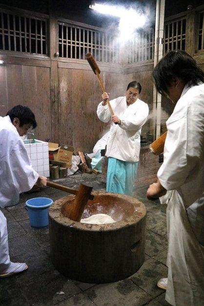 正月に向けて神事に使う餅をつく神職=香川県琴平町、金刀比羅宮