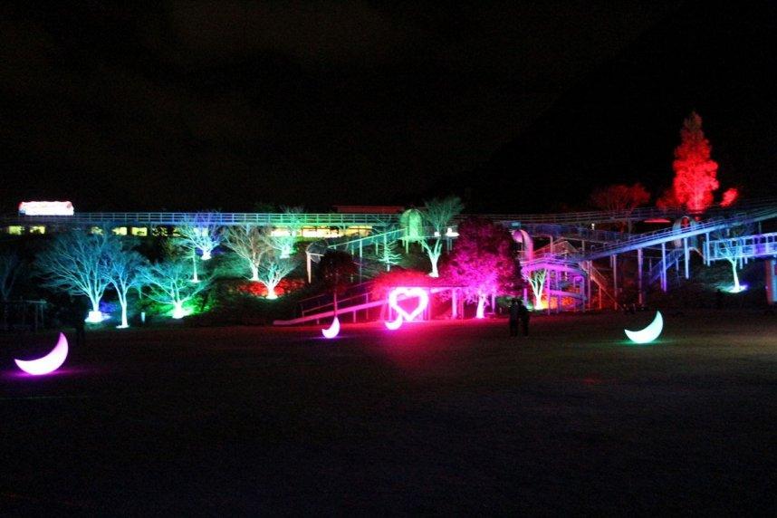 道の駅「ふれあいパークみの」で初めて開かれている「光の祭」。発光オブジェなどの明かりがメルヘンの世界へと誘ってくれる=香川県三豊市三野町
