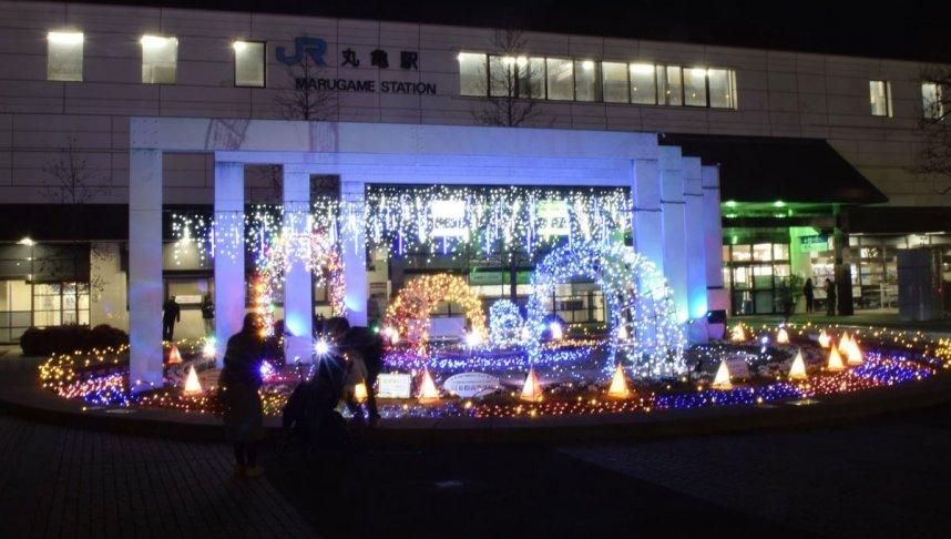 新型コロナ終息の願いを込めた光がJR丸亀駅前を照らす=香川県丸亀市浜町