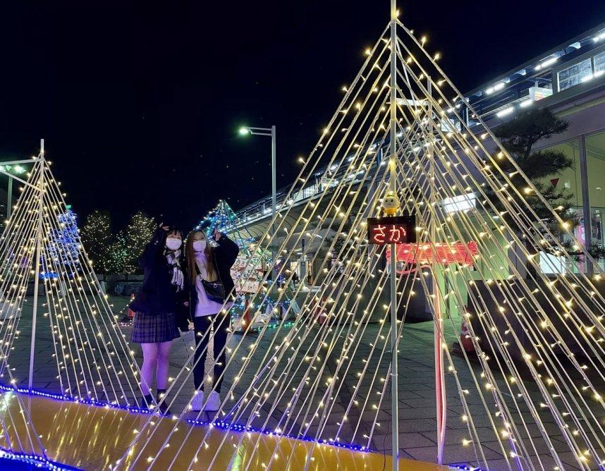 JR坂出駅前の「光輝里フェスティバル」。瀬戸大橋をイメージした作品などがきらめている=香川県坂出市