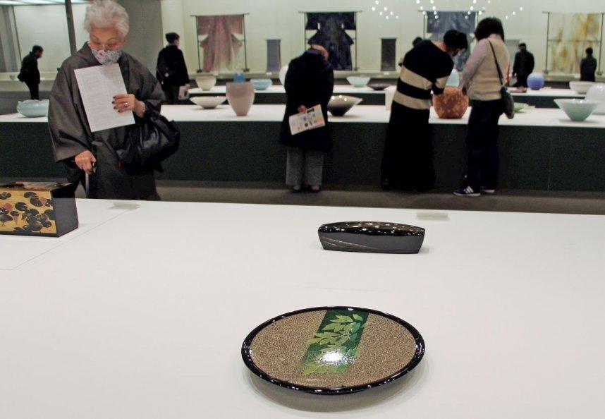 全国の作家による力作200点が並ぶ「第67回日本伝統工芸展」。熱心に鑑賞する来場者の姿が目立った=香川県高松市玉藻町、県立ミュージアム