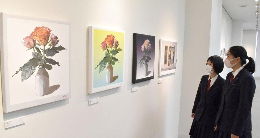 PORTRATORさんの「薔薇」(手前の3作品)に見入る来場者=香川県坂出市駒止町、かまどホール