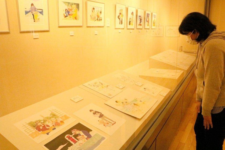 漫画「うどんの国の金色毛鞠」の原画などが並ぶ展示会場=香川県高松市牟礼町、高松市石の民俗資料館