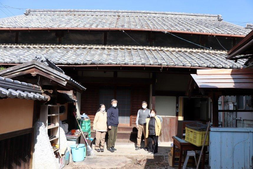 遠藤家の住居前で写真に納まる大森さん夫妻(右側)と佐伯さん夫妻