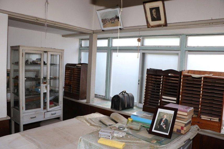 昔ながらのベッドや医療器具などが残る旧遠藤医院の診察室=香川県小豆郡土庄町大部