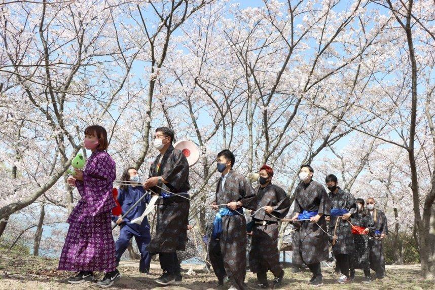 「電車ごっこ」の場面を再現する参加者=香川県小豆島町池田、城山桜公園