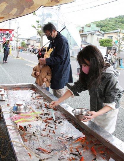 金魚すくいを楽しむ家族連れ=高松市宮脇町