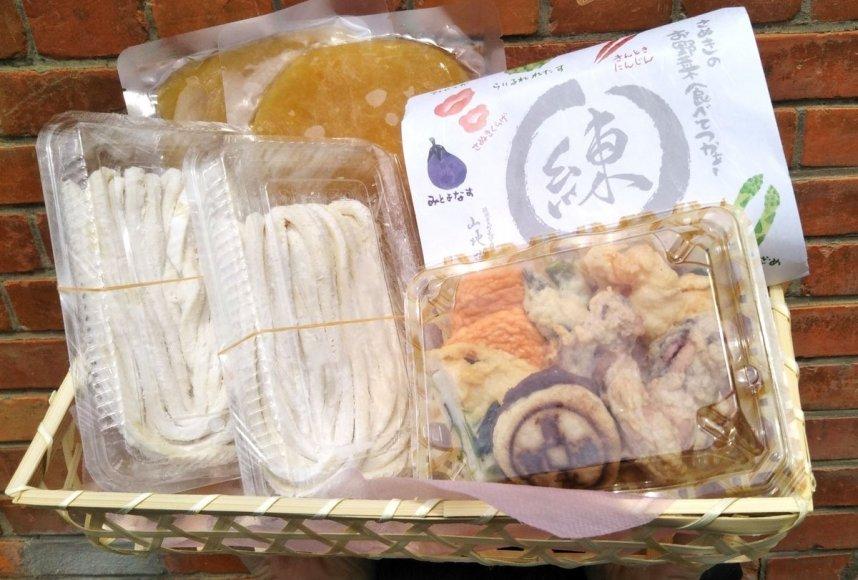 粒あん入りなどの天ぷらのセットとざるうどん用の麺を詰め合わせたツアー限定のオリジナル商品