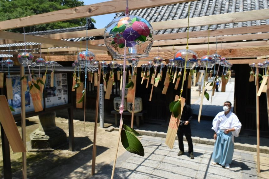 優しい音色を響かせ、涼を届ける風鈴=香川県東かがわ市松原、白鳥神社
