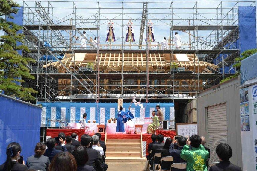 桜御門の上棟を祝って、古式ゆかしく執り行われた工匠式=香川県高松市玉藻町、玉藻公園